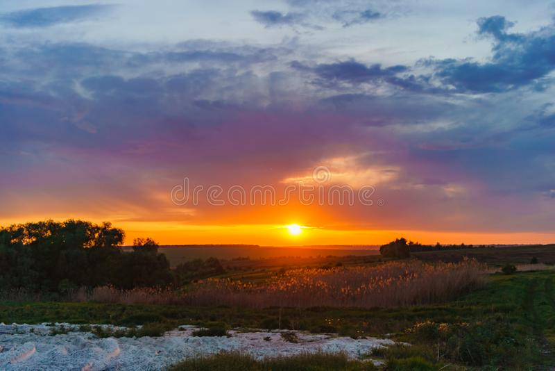 Même le coucher du soleil orange au-dessus du lac Valday, photographie de paysage de nature de la Russie Coucher du soleil d'auto photographie stock
