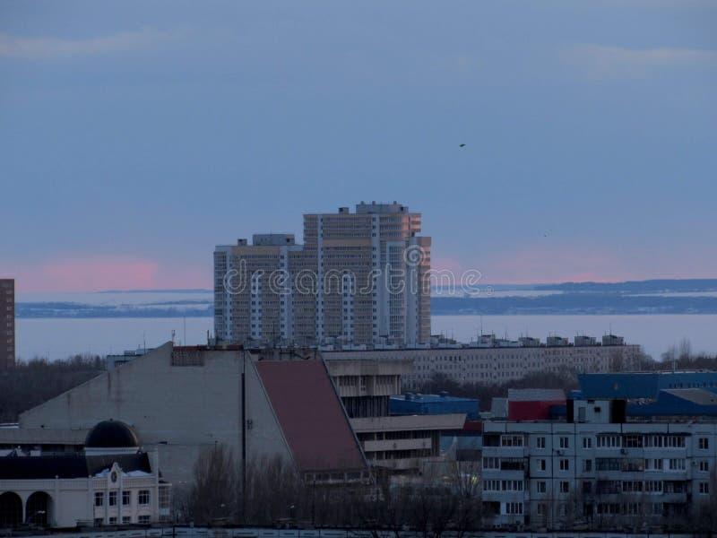 Même le panorama de la ville donnant sur les bâtiments résidentiels et la Volga congelée à l'arrière-plan photographie stock