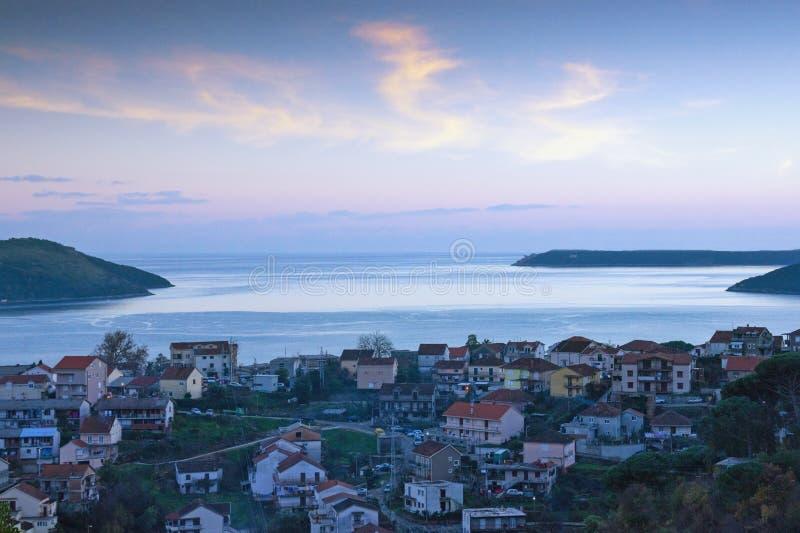 Même le paysage méditerranéen d'hiver Monténégro, vue de Mer Adriatique et de baie de Kotor près de ville de Herceg Novi image libre de droits