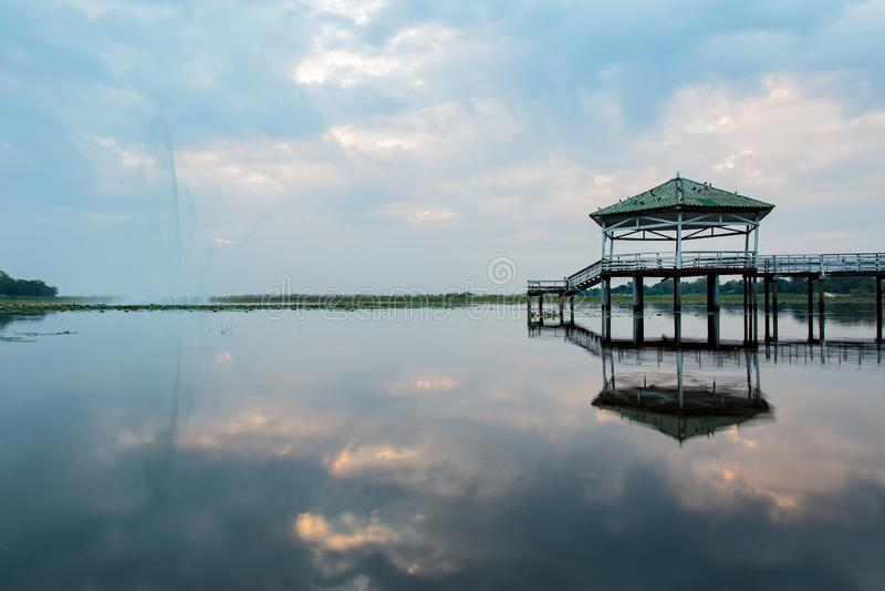 Même le temps ou le coucher du soleil au pavillon sur le lac ou l'étang ou au marais de Bueng voir le Fai, Phichit, Thaïlande photographie stock