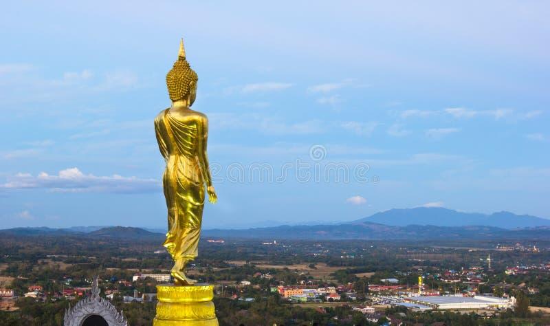 Même, statue d'or de Bouddha dans le temple de Khao NOI image stock
