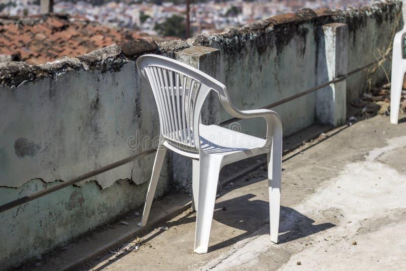Même une chaise en plastique peut être conforme à l'atmosphère traditionnelle photo libre de droits