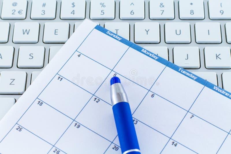 Mês da semana do dia do planejador da data de calendário com pena azul imagens de stock
