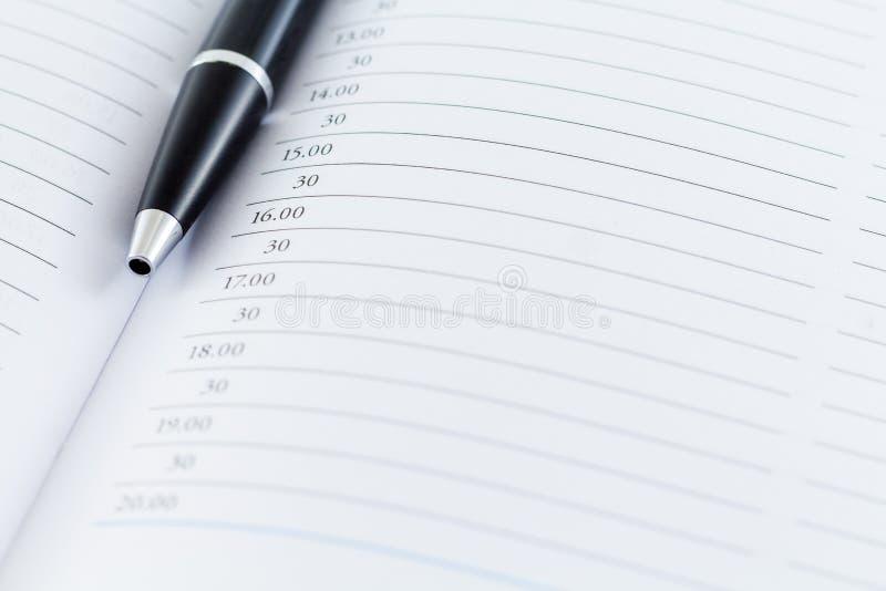 Mês da semana do dia do planejador da data de calendário com pena preta foto de stock