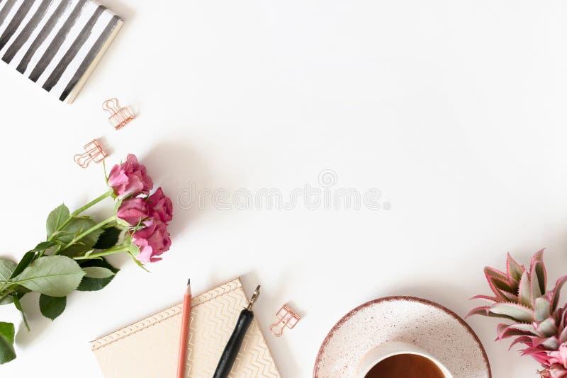 Mínimo quadro de fronteira feito de flores, caneca de café e artigos de papelaria foto de stock royalty free