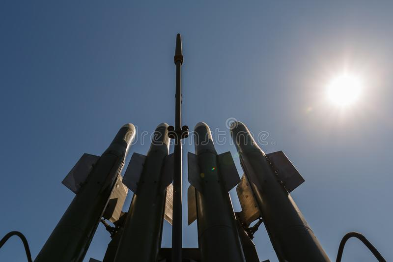 Mísseis do sistema de mísseis terra-ar de médio alcance automotor Buk-M2 do russo contra o céu azul e o sol fotos de stock