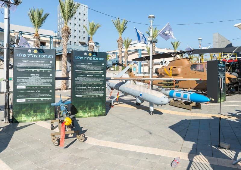 Míssil dos aviões, bomba aérea e veículo aéreo desvirilizado no ` da exposição do exército nosso ` do IDF fotografia de stock royalty free
