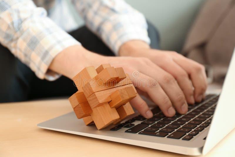 Móżdżkowa łamigłówka na laptopie pracujący mężczyzna obrazy stock
