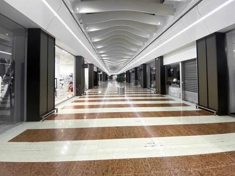 Módena, 12-03-20 - Centro comercial italiano durante la cuarentena de la infección por el coronavirus imagenes de archivo