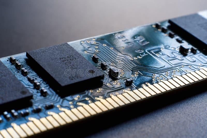 Módulo de memória de acesso aleatório em um fundo escuro O conceito de falta de memória, mau processo mental de uma pessoa, o imagem de stock royalty free
