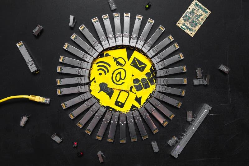 Módulos da rede de SFP do Internet, cabo ethernet RJ45, conectores RJ45, placa de circuito com microchip, diodos e etiquetas amar fotos de stock