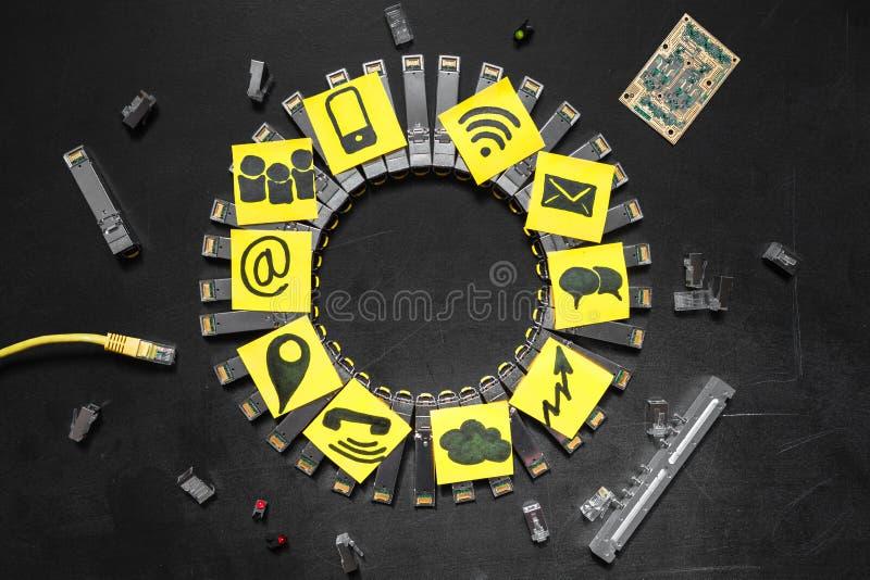 Módulos da rede de SFP do Internet, cabo ethernet RJ45, conectores RJ45, placa de circuito com microchip, diodos e sagacidade ama fotografia de stock