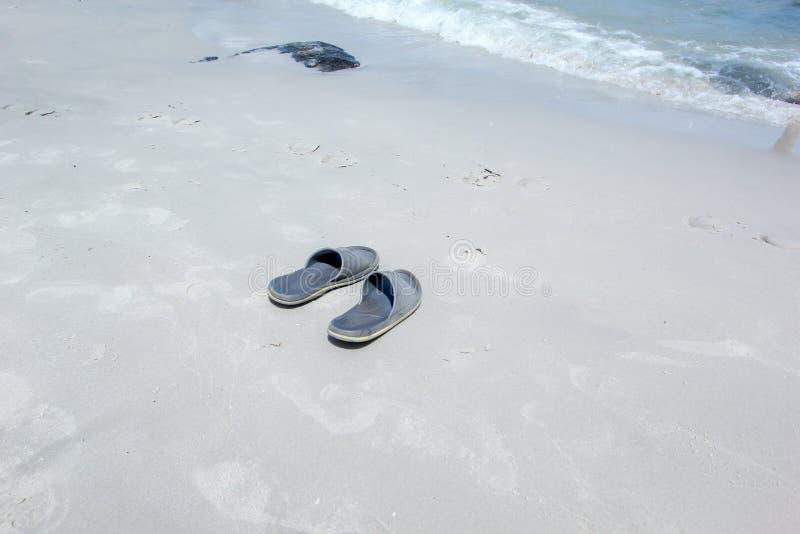 Mój buty na plaży zdjęcia royalty free