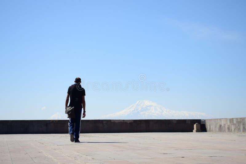 Mój czarny przyjaciel jest przyglądający Yerevan miasto, Armenia obraz stock