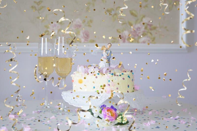 Mój duży zabawa ślub: ślubny tort i confetti fotografia stock