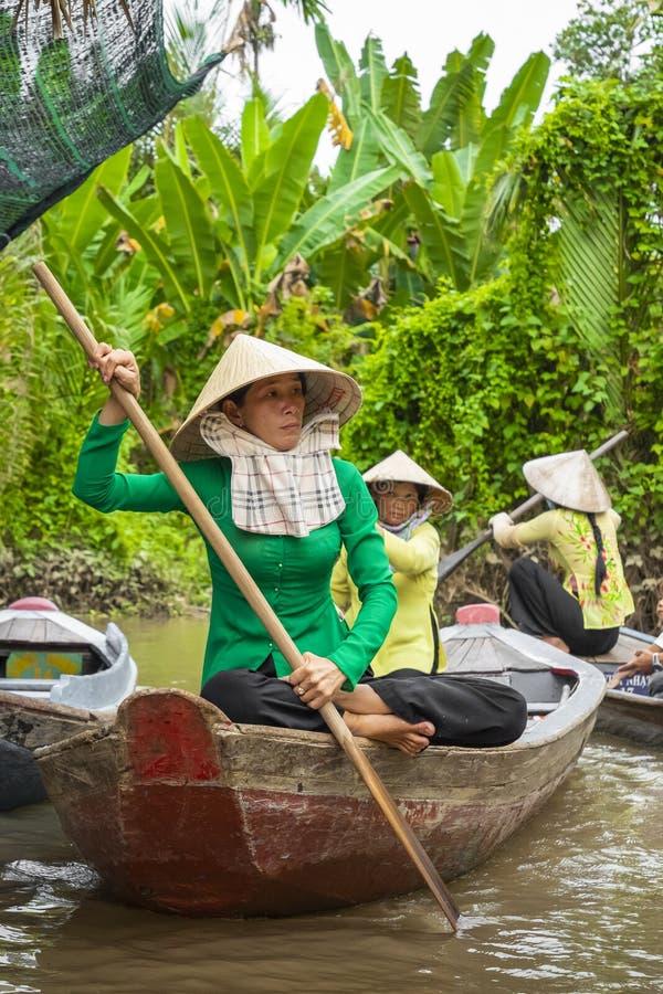 MÓJ THO WIETNAM, LISTOPAD, - 24, 2018: Wietnamskie kobiety w tra obraz stock