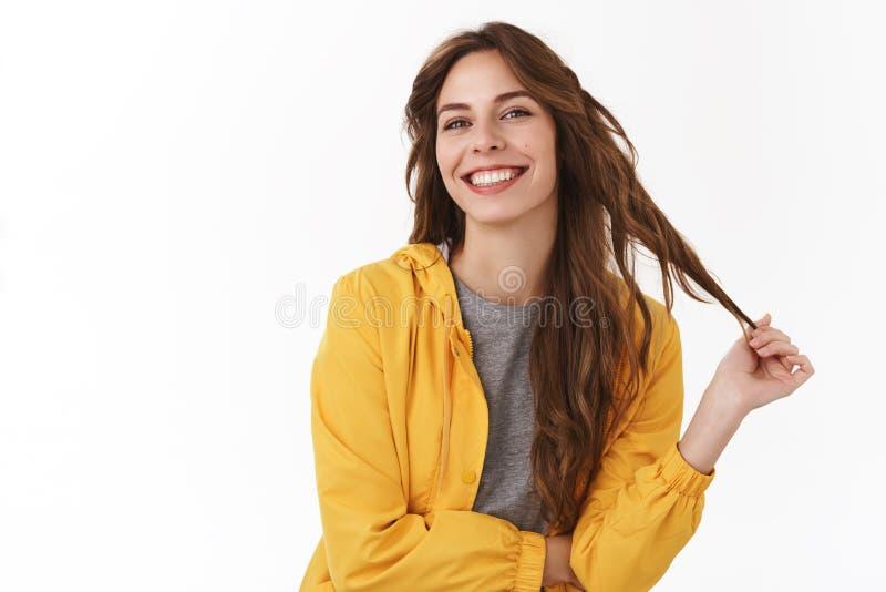 Mój włosiany czuciowy wielki po nowego szamponu Zdrowa wzmacniająca atrakcyjna elegancka nowożytna dziewczyna bawić się pasemek d zdjęcia stock