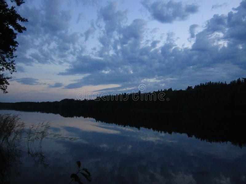 Mój wakacje wydawałem na lasowym jeziorze który często daje ja pięknym zmierzchom, obraz royalty free