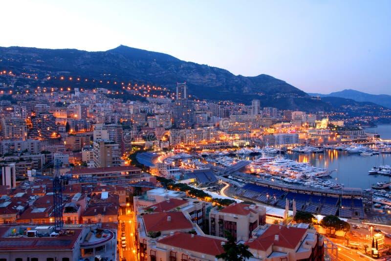 Mónaco en la noche imagen de archivo