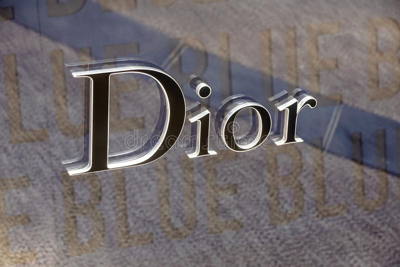 Mónaco Francia - 10 de septiembre de 2017 Muestra y logotipo de la tienda de la ropa de Dior Dior es una tienda famosa de la ropa fotos de archivo