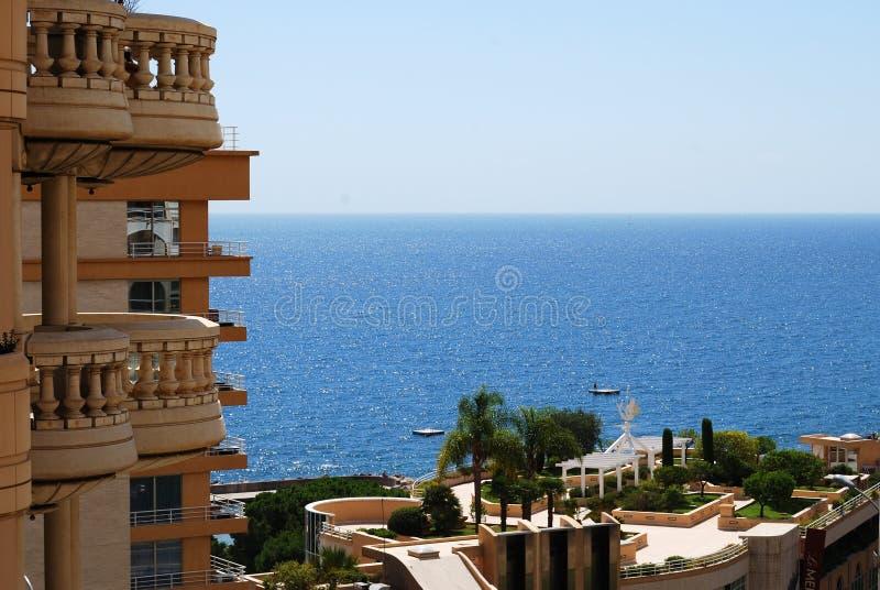 Mónaco: hotel del encanto y mar sunlit imagen de archivo libre de regalías