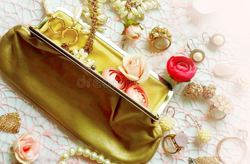 Móvil blanco de la pulsera de los pendientes de los anillos del verano de las cajas de cosméticos de las cajas de vidrios de las  fotos de archivo