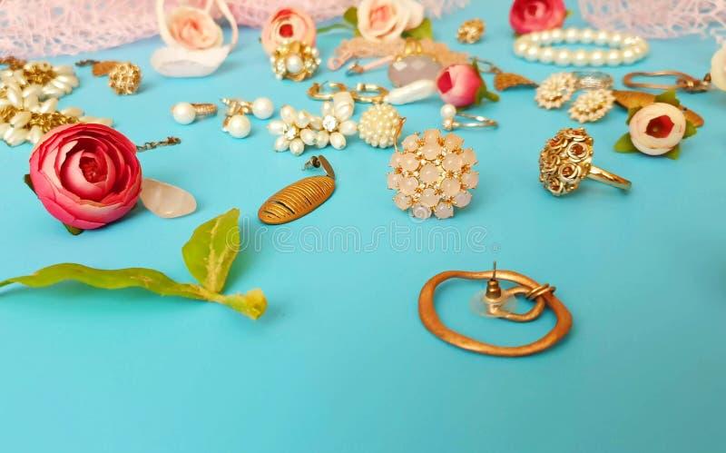 Móvil blanco de la pulsera de los pendientes de los anillos del verano de las cajas de cosméticos de las cajas de vidrios de las  foto de archivo