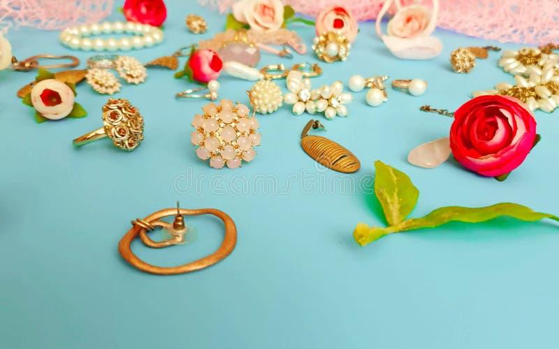 Móvil blanco de la pulsera de los pendientes de los anillos del verano de las cajas de cosméticos de las cajas de vidrios de las  imagen de archivo