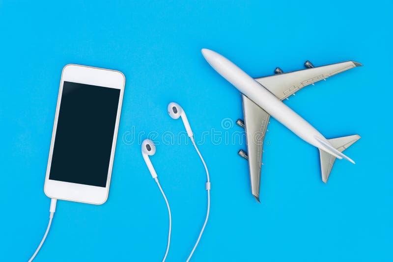 Móvil en blanco de la música con el auricular para la mofa del viaje para arriba fotografía de archivo libre de regalías