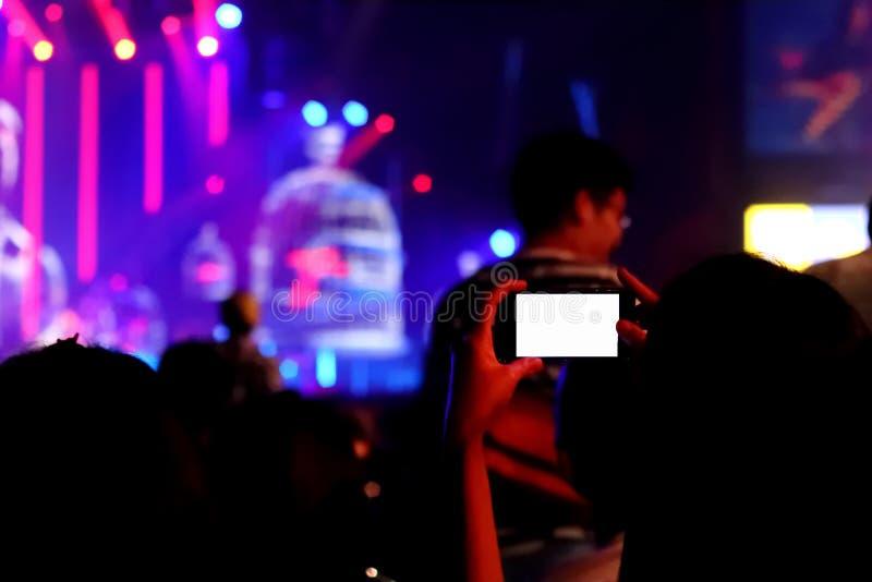 Móvil tome la foto en la demostración del concierto fotografía de archivo
