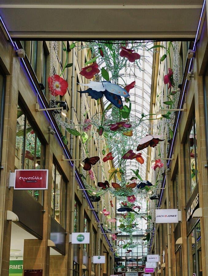 M?viles de la mariposa que cuelgan en arcada que hace compras imagen de archivo libre de regalías