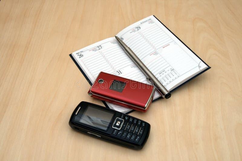 móviles y pluma del calendario fotos de archivo