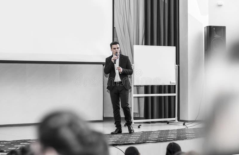 Mówca prowadzi biznes konferencja w nowożytnej sala konferencyjnej zdjęcia stock