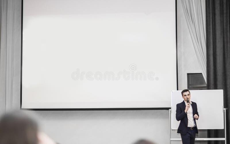 Mówca prowadzi biznes konferencja w nowożytnej sala konferencyjnej fotografia royalty free
