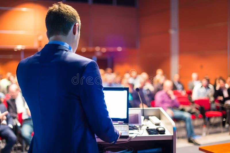 Mówca przy Biznesową konferencją i prezentacją zdjęcie royalty free