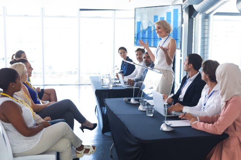 Mówczyni przemawia w seminarium biznesowym zdjęcia royalty free