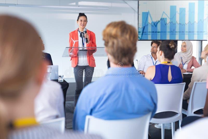 Mówczyni przemawia w seminarium biznesowym fotografia royalty free