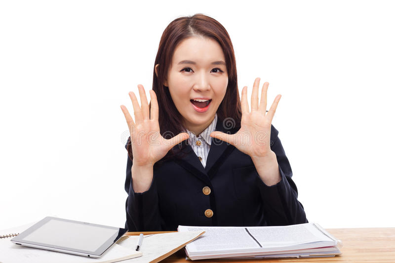 Mówić młodego azjatykciego ucznia na biurku. zdjęcie royalty free