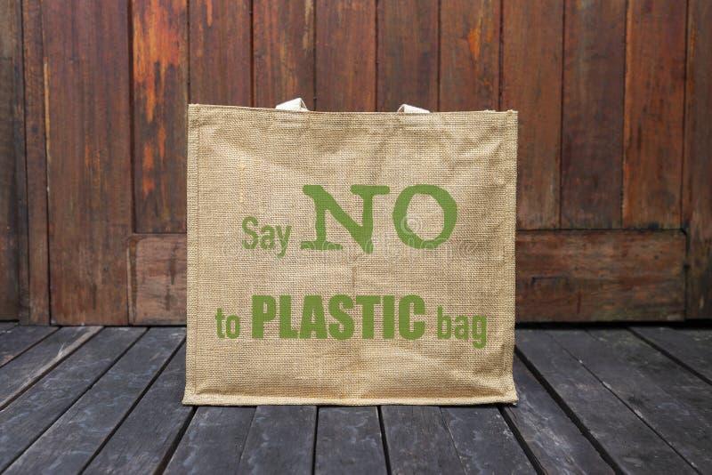 Mówić nie plastikowego worka logo na jutowej sklep spożywczy torbie na drewnianej podłoga zdjęcie stock