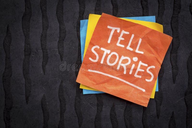 Mówi opowieści przypomnienie na kleistej notatce zdjęcie royalty free