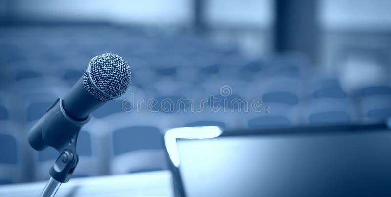 Mównica z mikrofonem i komputerem w sala konferencyjnej zdjęcie stock
