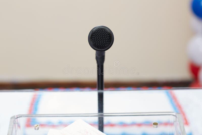 Mównica z mikrofonem przy wybory wiecem obrazy stock