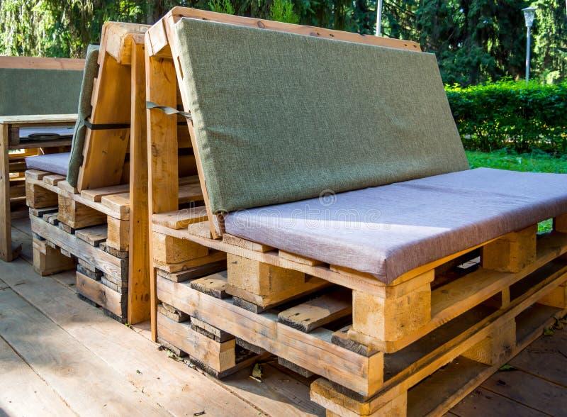 Möbel hergestellt von den alten hölzernen Frachtpaletten stockfoto