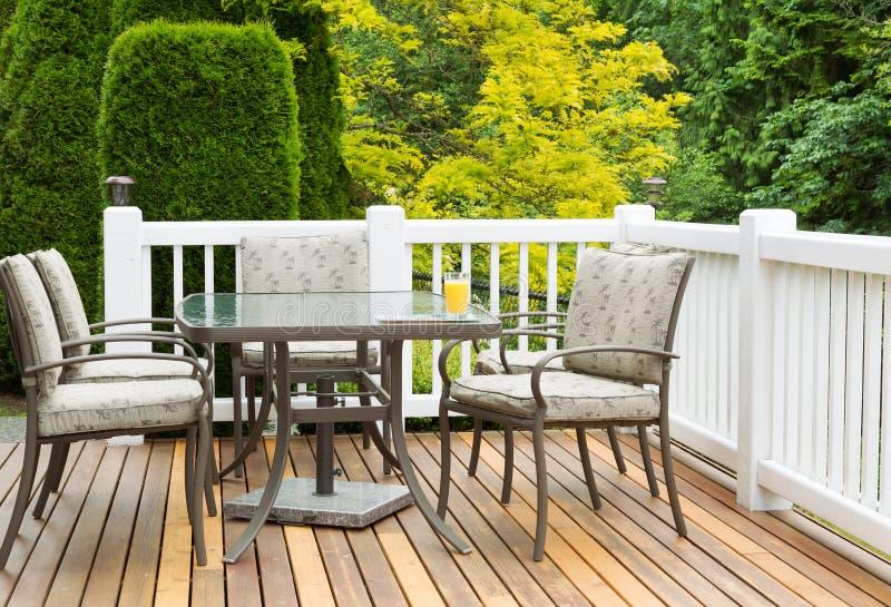Möbel im Freien auf Cedar Wood Patio während des schönen Tages stockfotografie