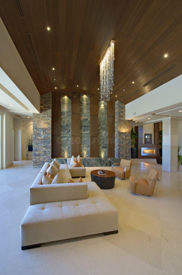 Möbel im modernen Wohnzimmer lizenzfreie stockfotos