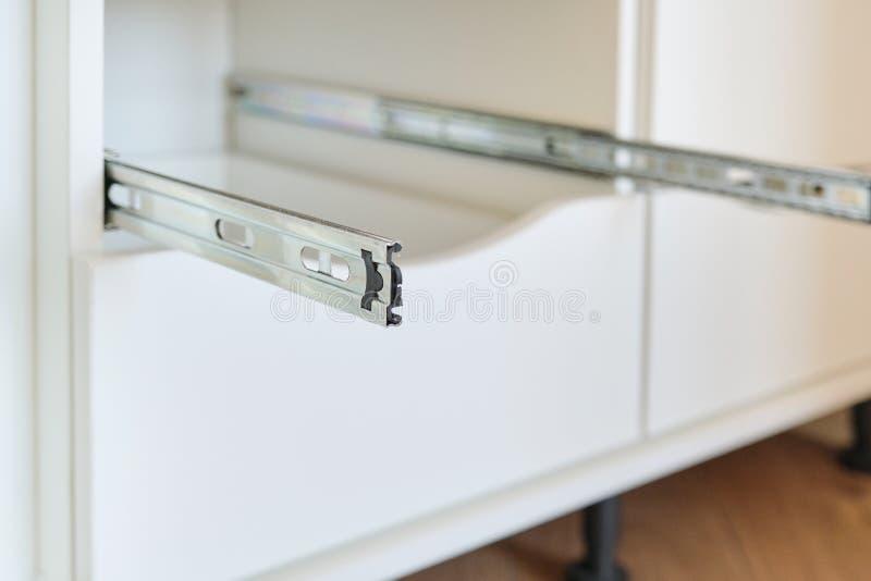 Möbeldetailnahaufnahme, Installation von Fächern im Kabinett stockfotografie