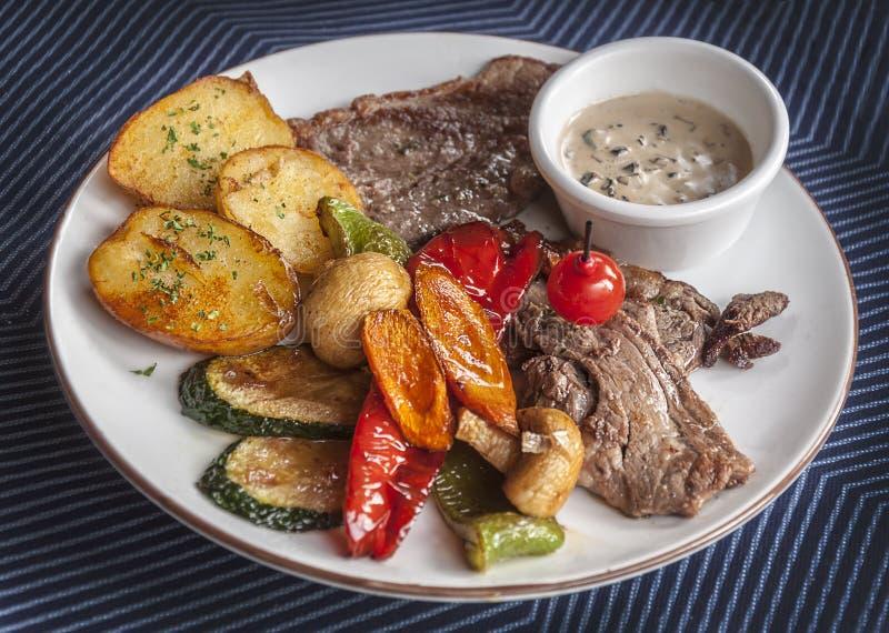 Möbeln Sie Filetsteak mit Kartoffeln auf lizenzfreie stockfotos