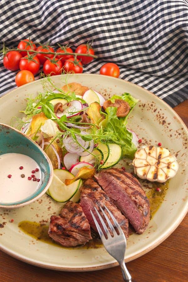 Möbeln Sie Hieb mit Salat des Gemüses und der Pilze auf stockfotos