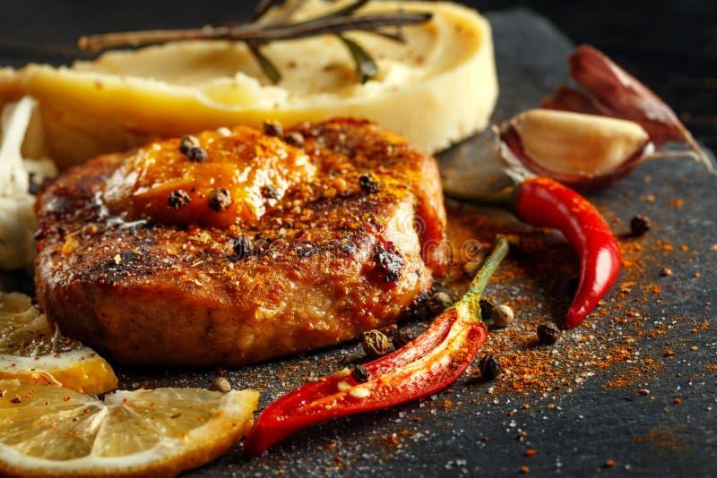 Möbeln Sie Steak mit Kartoffelpürees, Gewürzen und Soße auf stockfoto