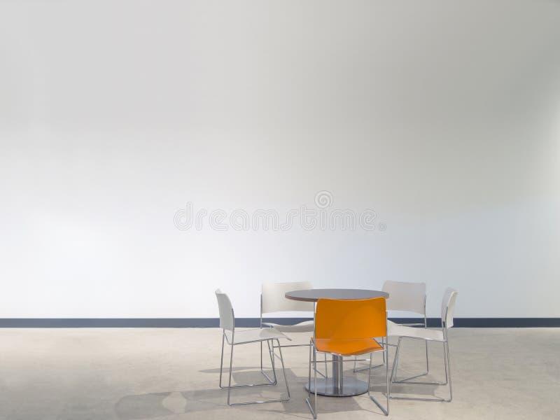 Möblemang framme av den vita väggen arkivbilder